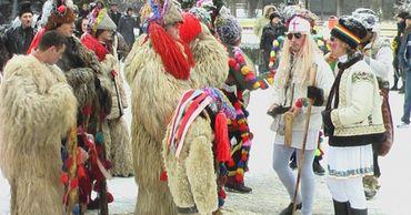 Традиции в канун Святого Василия: в молдавских сёлах ходят колядующие и угощают вином.