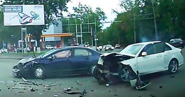 В столице водитель за рулем Мерседеса спровоцировал ДТП.