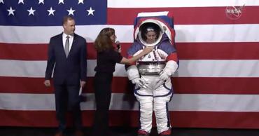 НАСА представило скафандры для лунной миссии.