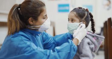 Ученые рассказали об опасности бессимптомного течения COVID-19 у детей.