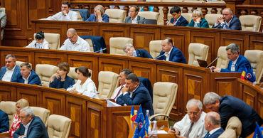 Заключение КС о роспуске парламента раскололо депутатов на разные лагеря.