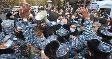 На антиправительственной акции в Ереване задержали более 50 человек.