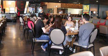 В Китае ресторан стал взвешивать посетителей перед тем, как дать им меню. Фото: esquire.ru.
