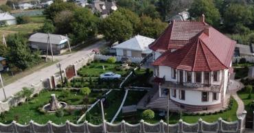 """Жители села на севере Молдовы построили """"маленькую Францию""""."""