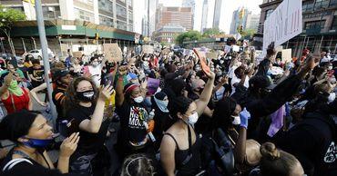 В США протесты против убийства полицейским латиноамериканца переросли в беспорядки.