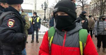 В России правоохранители опрашивают школьников, задержанных на протестах.