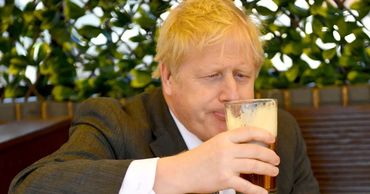 Джонсон с запозданием выпил обещанную пинту пива