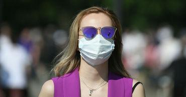 Ученые разработали маску, отслеживающую признаки COVID-19. Фото: ria.ru.