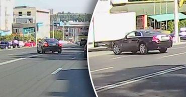 Люксовый автомобиль Rolls-Royce засняли в Кишиневе за нарушением правил.