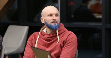 В столице учитель математики перекрасил бороду в синий цвет после спора с учениками.