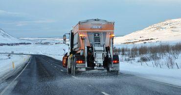 Движение на дорогах страны осуществляется в зимних условиях.