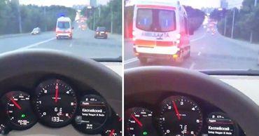 """В Кишиневе лихач на Porsche обогнал """"cкорую""""."""