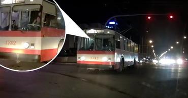 Водитель троллейбуса, проезжая перекресток на красный, перекрестился. Фото: Point.md