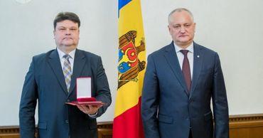 Посол Республики Беларусь в Молдове удостоен ордена Ordinul de Onoare.
