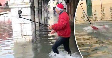 В Венеции турист попытался сфотографироваться на фоне потопа и случайно провалился под воду. Фото: Point.md.