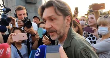 Сергей Шнуров прибыл в Хабаровск и встретился участниками несогласованных акций.