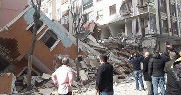 Опубликовано видео с места обрушения семиэтажного дома в Стамбуле.