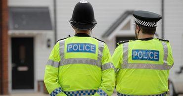 Британец угрожал полицейским коронавирусом и кашлял на них.