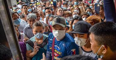 Президент Филиппин посоветовал обеззараживать маски бензином.