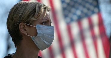 Американцев призвали носить две маски для защиты от COVID-19.