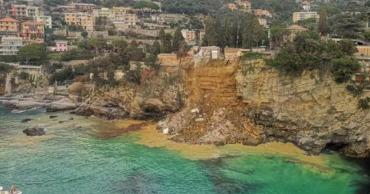 В Италии оползень выкинул в море сотни гробов.