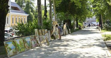 Чебан проинспектировал парк у Кафедрального собора и аллею, где творческие люди продают свои работы.