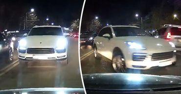 """В Кишиневе водитель Porsche решил объехать пробку по """"встречке""""."""