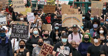 В Нью-Йорке машина въехала в толпу протестующих. Фото: ria.ru.