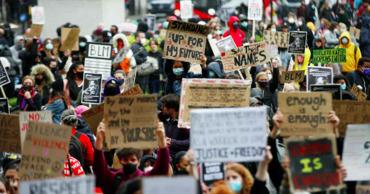 В Лондоне сотни людей участвуют в митинге в память о Флойде