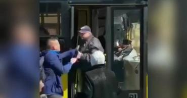 В Киеве пассажир вытащил из автобуса водителя.