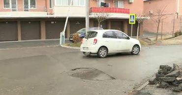 На одной из столичных улиц после ремонта вновь появилась яма.