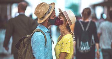 В Милане пару, которая целовалась без защитных масок, оштрафовали на 400 евро.