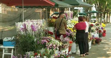 """Цветочники с рынка """"Дельфин"""" продолжают торговать на тротуаре."""