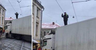 Водитель КамАЗа устроил забастовку, перекрыв дорогу в Москве.