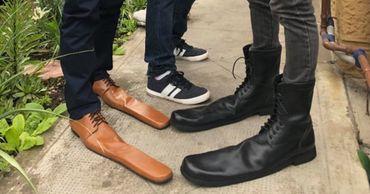 Румынский обувщик сделал туфли 75 размера для соблюдения дистанции.