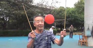 Китайские пенсионеры придумали новый вид спорта.