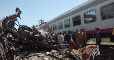В Египте поезд с пассажирами сошел с рельсов.