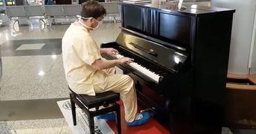 Врач после смены борьбы с COVID-19 сыграл на пианино песни группы Queen.