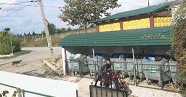 В Кодру мусорные контейнеры установили под окнами жилых домов.