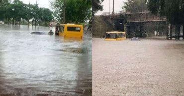 "Маршрутки ""плывут"" по затопленным улицам Мариуполя."