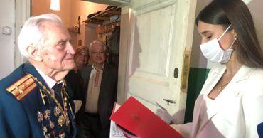 Российские дипломаты посетили ветеранов, чтобы лично поздравить их с праздником.