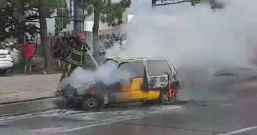 Сотрудники ГИЧС потушили загоревшийся на столичной улице автомобиль.
