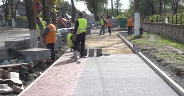 В Бельцах на улице Дечебал обустраивают новые тротуары и велодорожки. Фото: btv.md.