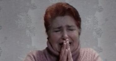 Украинка на коленях извинилась за распространение коронавируса.