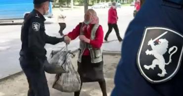 Полицейский, который грубо обошелся с пожилой женщиной, получил выговор.Коллаж: Point.md.