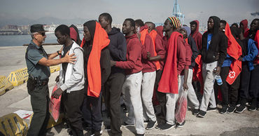 Испания откроет лагеря для размещения 7 тысяч мигрантов.