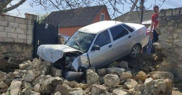 В Криулянском районе водитель на машине влетел в каменный забор частного дома.
