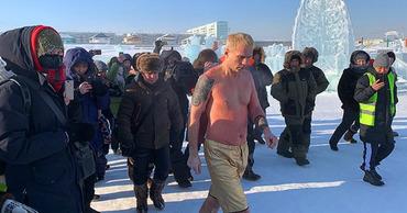В Якутске экстремал вморозил себя в ледяное сердце ради любимой.