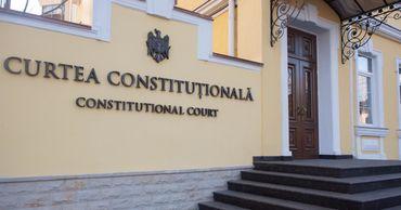 Судьи обратились в Конституционный суд, а дело чиновника пока приостановили