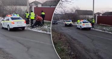 В Бельцах полиция подралась с водителем и пассажиркой.